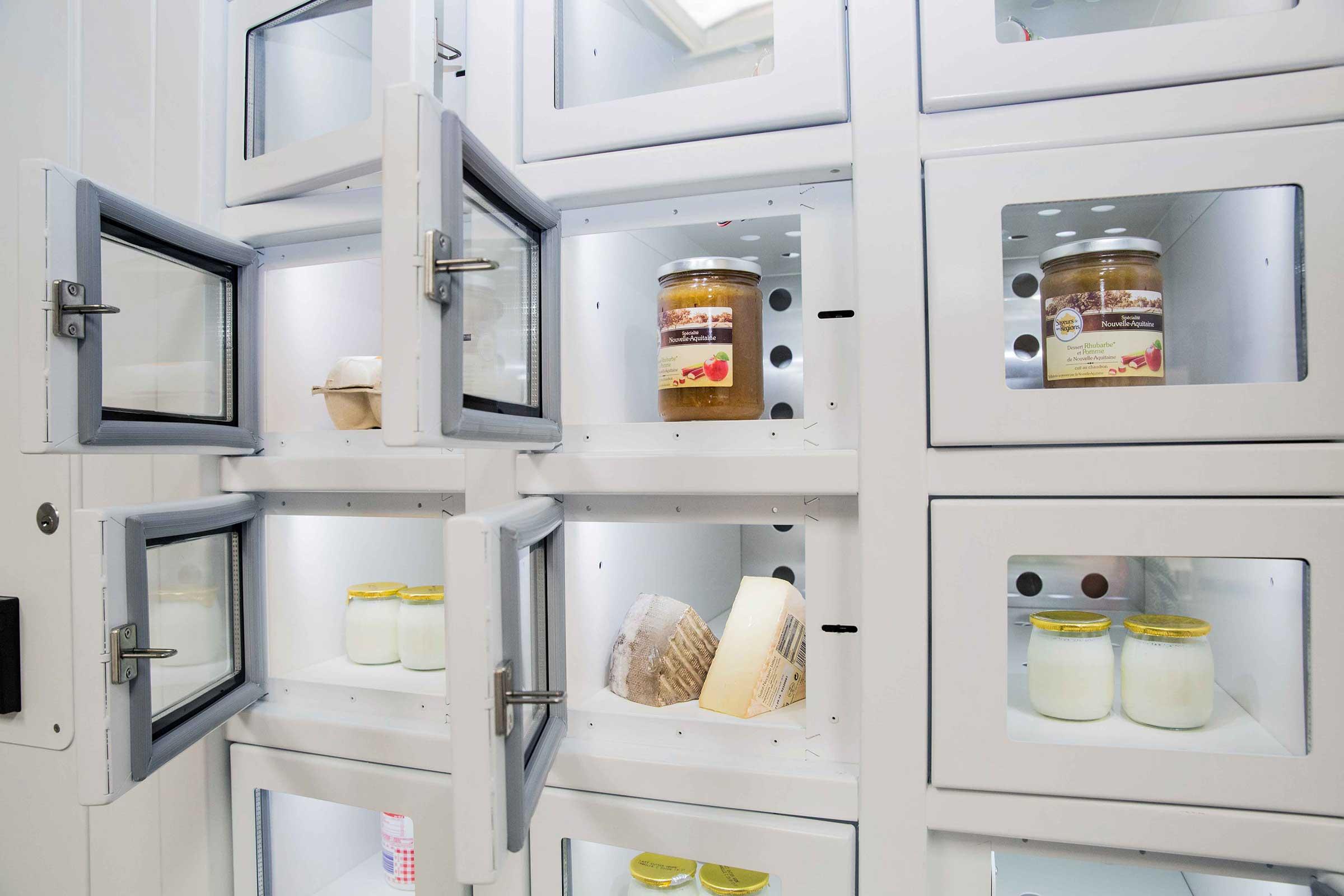 Productos lácteos en un casier français, el distribuidor automático de productores independientes.